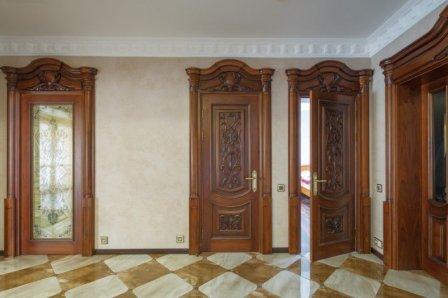 Межкомнатные двери из массива дерева
